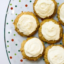 Orange-carrot cookies with cream cheese frosting - These sweet, chewy orange-carrot cookies are AMAZING, and the cream cheese frosting sends them over the top! MUST PIN!