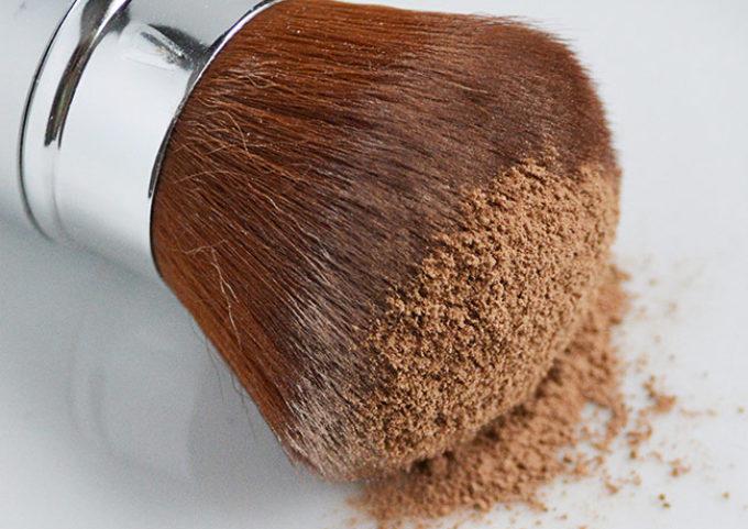 DIY Dry Shampoo - Don't buy dry shampoo, make it at home using this great DIY dry shampoo tutorial!