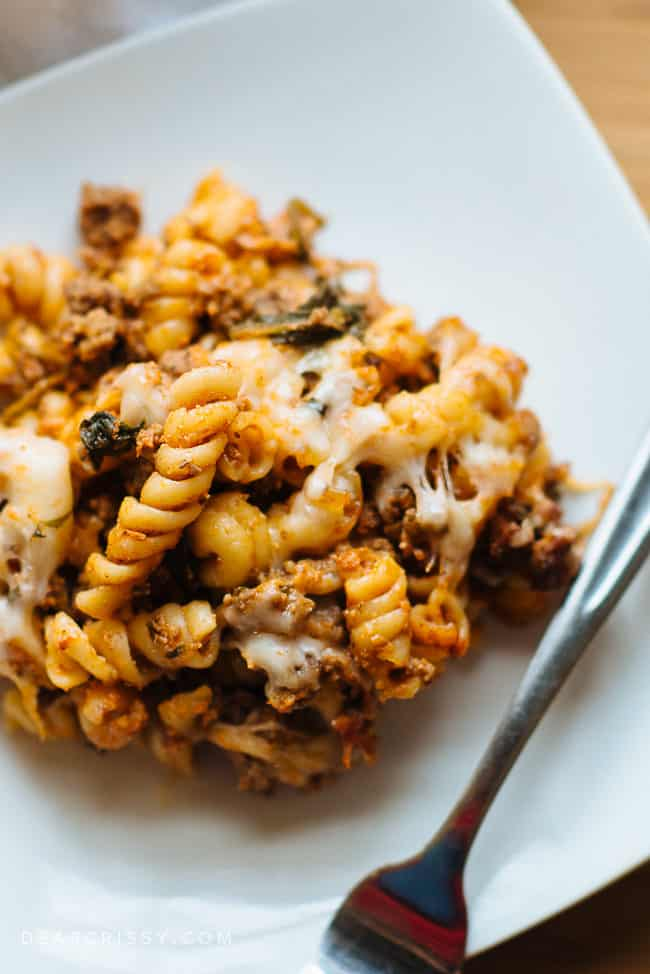 No Boil Beef and Spinach Baked Rotini - This delicious baked rotini meal is so easy to make and requires no boiling! It's so cheesy, hearty and scrumptious! Be sure to pin this great dinner recipe that the whole family will love.