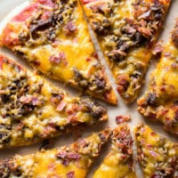 Ragú bacon cheeseburger pizza
