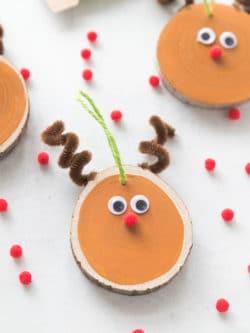 DIY Wood Slice Reindeer Ornament Craft - Easy Christmas Tree Ornament #Christmas #Ornament #DIYOrnament #ReindeerOrnament