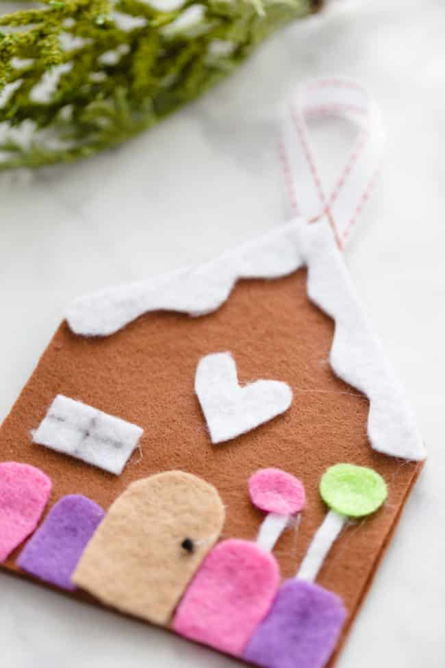 DIY Felt Gingerbread House Christmas Ornament - Easy Christmas Tree Ornament - Ornament Craft Kids - #DIYOrnament #Christmas #Crafts